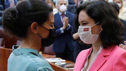 Rocío Monasterio (izquierda) felicita a Isabel Díaz Ayuso tras ser investida presidenta de la Comunidad de Madrid en julio de 2021.
