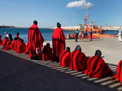 Salvamento Marítimo ha rescatado hoy en el Estrecho de Gibraltar a 40 inmigrantes cuando intentaban alcanzar las costas españolas a bordo de dos pateras. En la imagen, los rescatados esperan en el puerto de Tarifa (Cádiz) a ser trasladados.