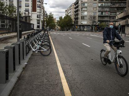 Un hombre coge una bici de Bicimad, en el Retiro, este miércoles.