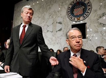 El presidente del Comité de Finanzas del Senado de EE UU, el demócrata Max Baucus (izquierda), habla con el republicano Charles Grassley