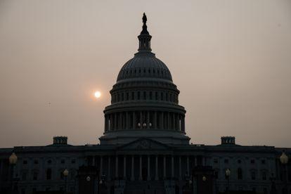 El cielo con bruma en Washington DC, al amanecer de este miércoles.