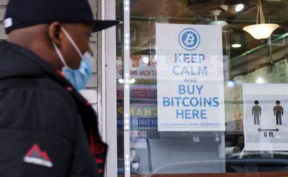Un hombre entra en un establecimiento que anuncia la venta de bitcoins, el pasado febrero en Nueva York.
