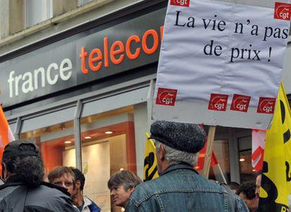 Trabajadores de France Télécom, durante una concentración frente a una de las oficinas de la empresa en Estrasburgo en octubre pasado