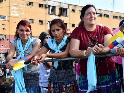 Vecinas del barrio de Luník IX esperan la llegada del Papa.