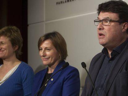 Anna Simó, Carme Forcadell y Joan Josep Nuet, este jueves, en el Parlament.