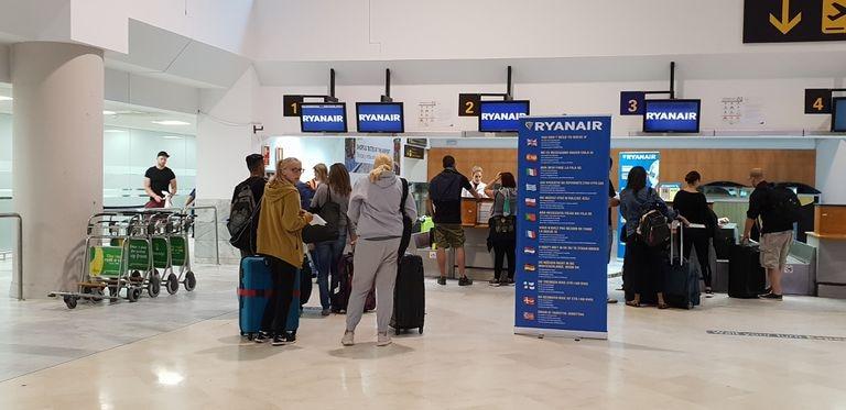 Viajeros en el mostrador de facturación de Ryanair en el aeropuerto Madrid-Barajas.