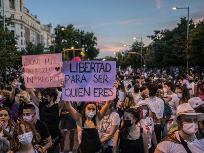Una joven sujeta una pancarta en la que se puede leer 'Libertad para ser quien eres', en la manifestación del Orgullo, el 3 de julio en Madrid.