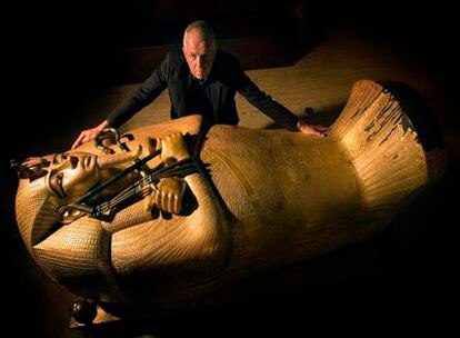 Jaromir Malek, egiptólogo, en la exposición de copias de los tesoros de Tutantakamó, en Barcelona.
