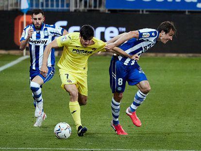 Gerard Moreno y Tomas Pina pugnan por un balón