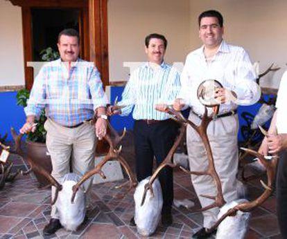 De izquierda a derecha, los constructores Francisco Colado, Julián Jiménez (Grupo Dico) y David Marjaliza, en la finca El Descanso durante una entrega de premios de una montería.