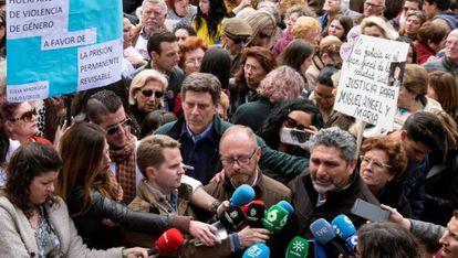 Los padres de las jóvenes asesinadas Mariluz, Marta del Castillo y Diana Quer en la concentración de Huelva.