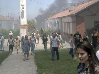 Calle de Estepa con humo de las casas incendiadas.