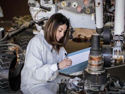 La ingeniera aeroespacial colombiana Diana Trujillo estudia en el laboratorio de la NASA los diseños de la nave 'Perseverance', en agosto del año pasado.