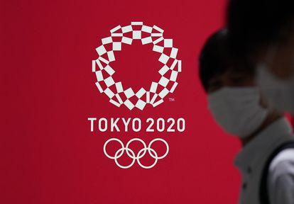 Un cartel con la imagen de los Juegos Olímpicos Tokio 2020 en la capital de Japón.