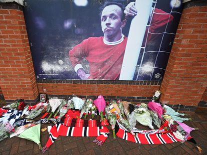 Flores en Old Trafford en recuerdo de Nobby Stiles, fallecido con una enfermedad degenerativa de la que culpaba al fútbol.