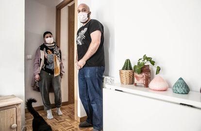 Bárbara Llorente y Miguel Méndez, en su piso de Madrid el pasado 13 de mayo.