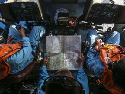 Militares rastrean desde un helicóptero la zona cercana a una isla vietnamita.