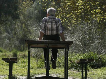 Un jubilado se ejercita en un parque de madrid.