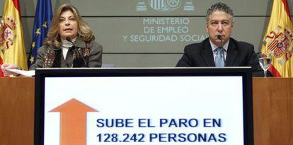 Los secretarios de Estado de Empleo y Seguridad Social, Engracia Hidalgo, durante una presentación de los datos de paro en 2012.