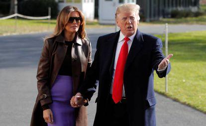 El presidente de EE UU, Donald Trump, se dirige a la prensa acompañado de su esposa, Melania Trump, en la Casa Blanca, antes de salir hacia la cumbre del G-20 en Argentina.