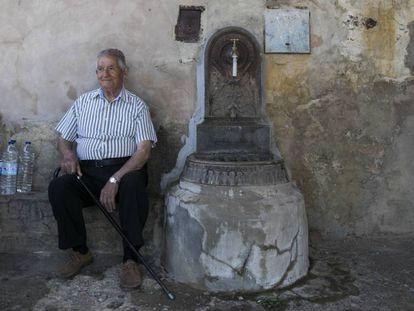 Bonifacio, uno de los pocos nacidos en esta localidad, junto a la fuente de Sarnago.