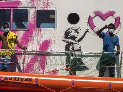 El 'Louise Michel', pintado de rosa y con grafitis de Banksy, partió del puerto de Burriana (Castellón).