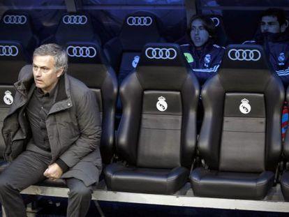 Mourinho, en el banquillo del Bernabéu.
