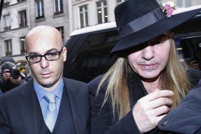 John Galliano llega a la comisaría de París esta mañana junto a su abogado.