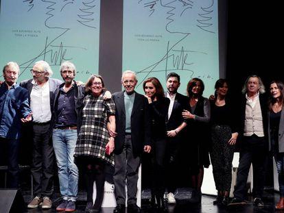 Foto de grupo de los participantes en la presentación de 'Toda La Poesía', de Luis Eduardo Aute, ayer en el Círculo de Bellas Artes.