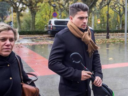 Raúl Calvo, acusado de agredir sexualmente a una menor, este viernes a su llegada al juicio. En vídeo, la niña del caso Arandina se ratifica en las agresiones sexuales y asegura que conocían su edad.