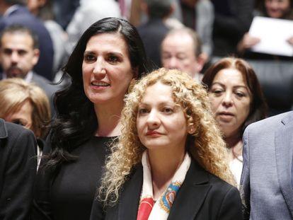 Mara Gómez, en el centro, durante su toma de protesta como titular de la Comisión Ejecutiva de Atención a Víctimas.