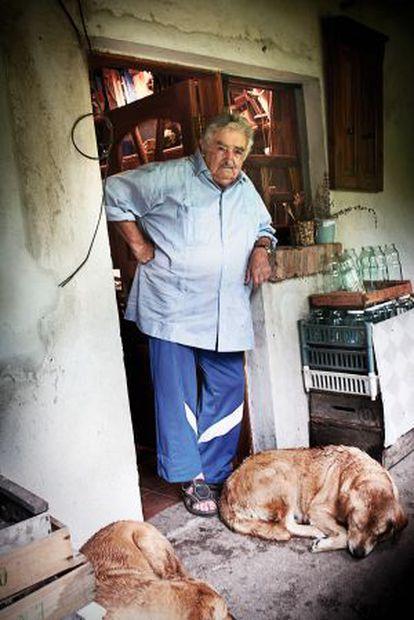 """El presidente de Uruguay, José Mujica, en su casa de Rincón del Cerro. """"Se ha dicho de ella que es una casa modesta. Falso. Es pobre"""", afirma el autor del texto."""