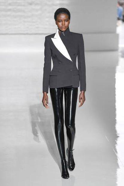 Una modelo viste una de las creaciones de Givenchy, en París este martes.