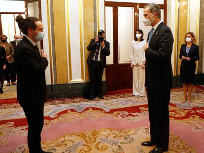 Pablo Iglesias saluda al Rey, antes del acto de este martes en el Congreso