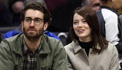 Dave McCary y Emma Stone, durante un partido de baloncestoen Los Ángeles (California, EE UU).