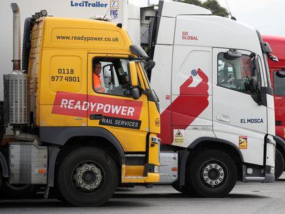 Camiones en un aparcamiento de la autopista M25, en Cobham (Reino Unido), el pasado agosto.