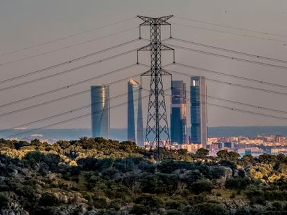 Vista de una torre de electricidad cerca del centro financiero de Madrid, en el parque empresarial de Cuatro Torres.
