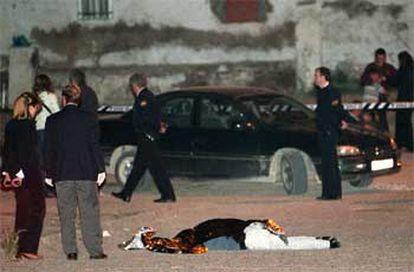 Agentes del Cuerpo Nacional de Policía, junto al cuerpo de Carlos de la Cruz Maya, asesinado ayer en Hortaleza.
