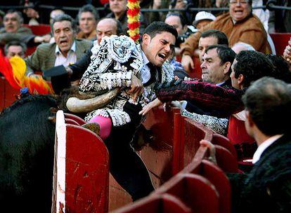 Cogida sin consecuencias del banderillero José Casanova en el cuarto toro.