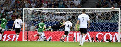 Marco Fabian bate a Ter Stegen en el único gol de México.