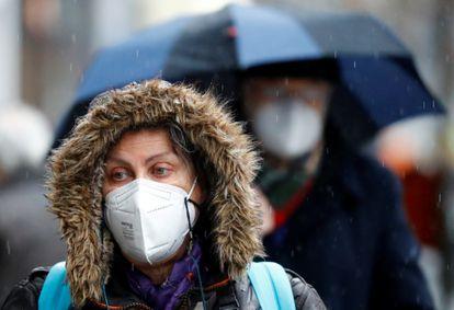 Una mujer lleva una mascarilla FPP2 en Berlín (Alemania).