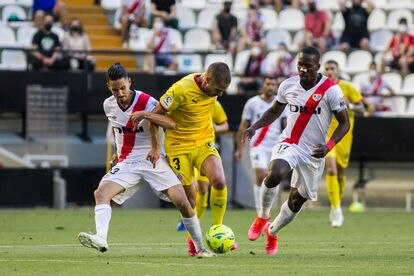 Óscar Valentín and Advíncula try to block the way to Franquesa, who scored the first goal for Girona.