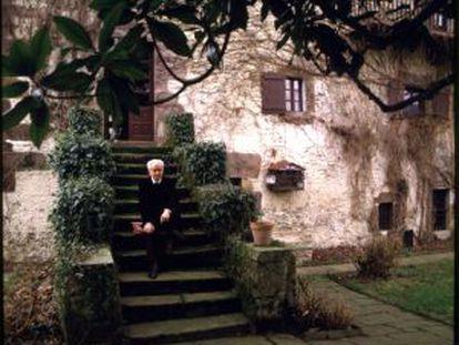 Julio Caro Baroja, en mayo de 1986 en la fachada posterior de Itzea, el caserío familiar.