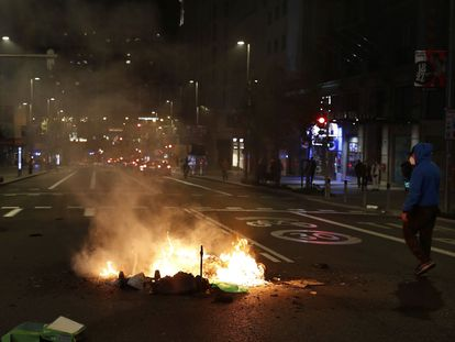 La policía disuelve a los manifestantes que intentaban cortar la Gran Vía de Madrid, el sábado por la noche.