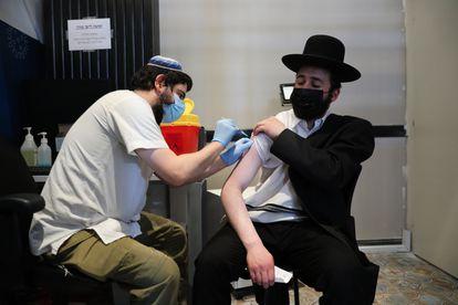 Un ciudadano israelí recibe una dosis de la vacuna, en Jerusalén el 30 de agosto.