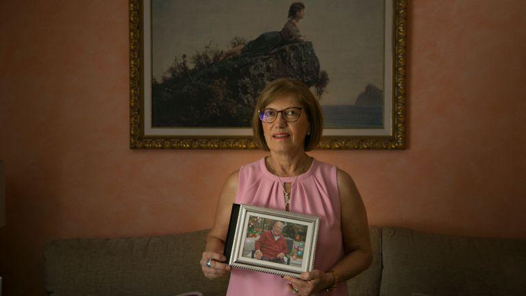 Mari Cruz Sánchez sostiene la foto de su hermano, fallecido por Covid-19 en Madrid, procedente de la residencia Monte Hermoso de Madrid.