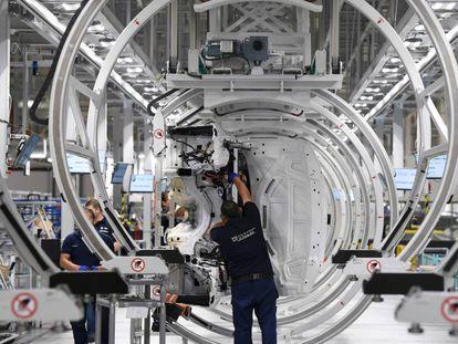 Varios operarios en la nueva fábrica de BMW en San Luis de Potosí, el día de su inauguración.