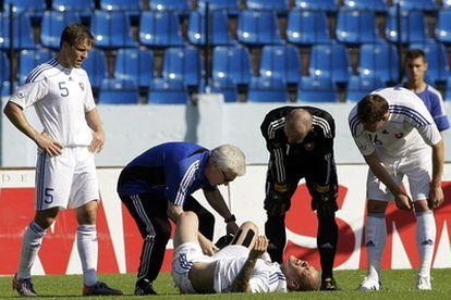 Martin Skrtel se duele en el suelo