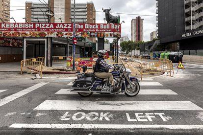 Un motociclista pasa por una calle del Racó de L'Oix, una zona de gran concentración de turistas británicos de Benidorm, el pasado junio.