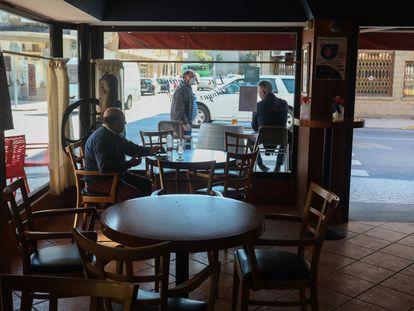 Clientes este viernes en el bar La Laguna, en Sotillo de la Adrada (Ávila).